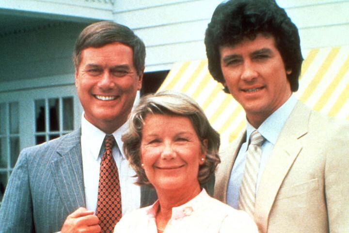 """Patrick Duffy (re.) als Bobby Ewing in """"Dallas"""", gemeinsam mit seinen Serienkollegen Larry Hagmann (J.R.) und Barbara Bel Geddes (Miss Ellie)."""