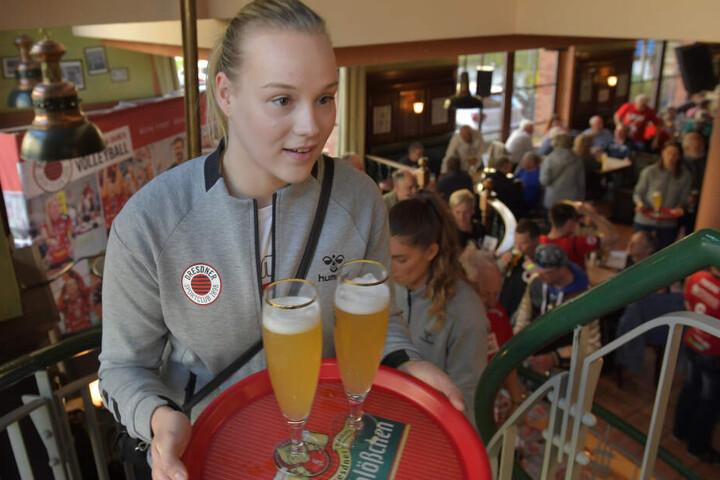 Die Treppe hoch: DSC-Libera Michelle Petter zeigt ihr Talent als Kellnerin.