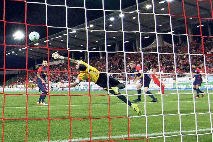 Marcel Bär (2.v.r.) hat abgezogen, unhaltbar für Jahn-Torhüter Philipp Pentke schlägt der Ball im Kasten ein.