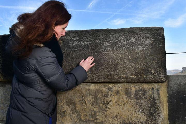 Die Insassen der Besserungsanstalt ritzten Daten in die Festungsmauer, die noch heute sichtbar sind.