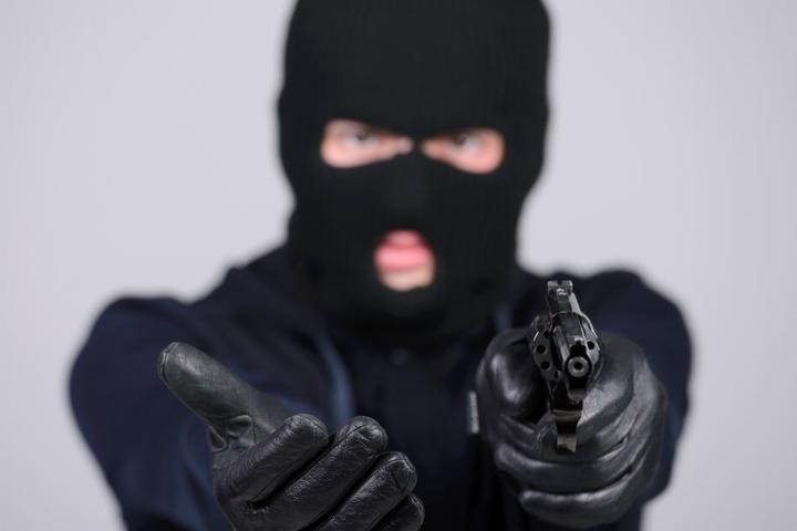 Bei dem Raubüberfällen wurden die Angestellten mit Waffen bedroht. (Symbolbild)