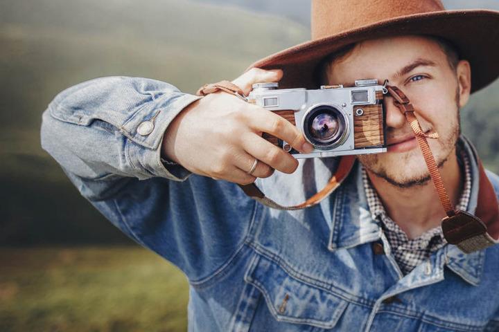 Auch junge Leute fotografieren vermehrt mit einer analogen Kamera. (Symbolbild)