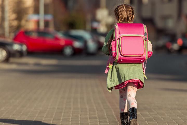 Die 8-Jährige wollte die Straße überqueren und wurde von einem Auto erfasst. (Symbolbild)