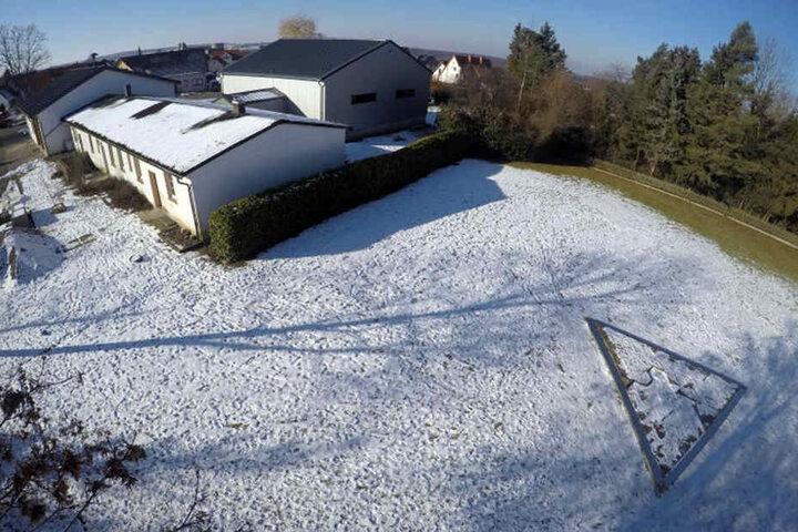 Auf dem früheren Appellplatz des KZ Niederhagen ist ein Mahnmal mit Steinen für die 1.285 Opfer errichtet worden.