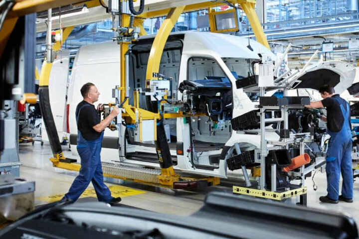 Für den Elektro-Sprinter investiert Daimler 330 Millionen Euro in sein Düsseldorfer Werk.