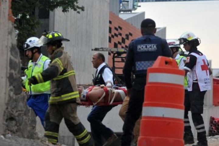 Zehn weitere Menschen wurden verletzt. Rettungskräfte brachten die Verwundeten in ein Krankenhaus.