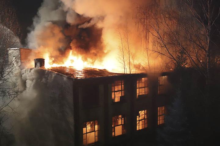Das dreistöckige Gebäude stand komplett in Flammen.