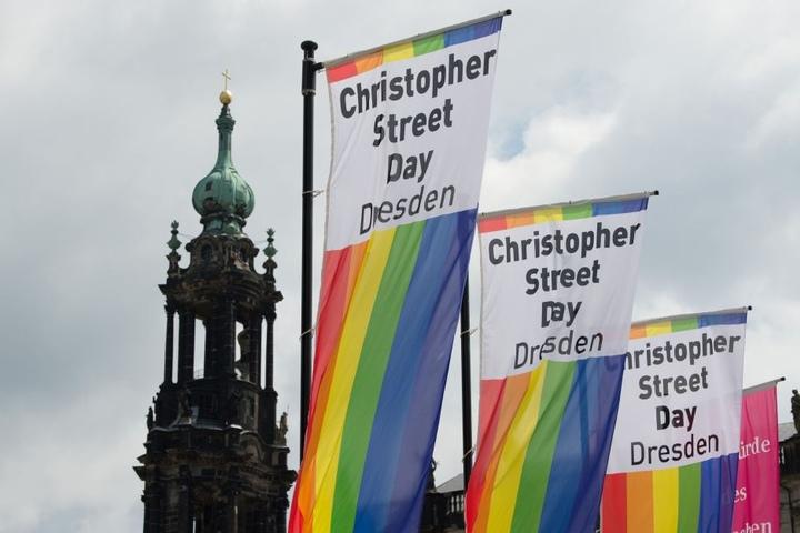 Die Regenbogenfahne als Zeichen der Bewegung hängt u.a. auf dem Theaterplatz.