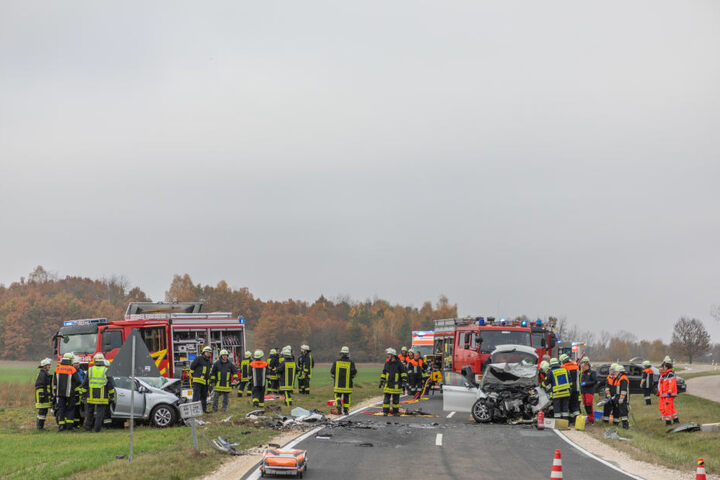 Die BMW krachte beim Überholen frontal in den Opel.