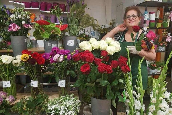 Blumenverkäuferin Mina weiß, welche Blumen wann passend sind.