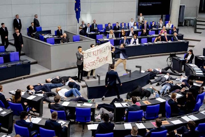 Ein anderer Jugendlicher stürmte auf die Aktivisten zu, entriss ihnen ihr Banner.