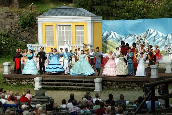 Am Ende der Aufführung freuten sich die Darsteller über minutenlangen  Schlußapplaus.