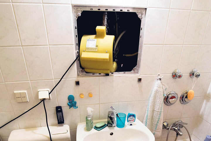 Lüfter und Trockner sind im kleinen Bad der Rentnerin zum Entfeuchten im Dauerbetrieb.