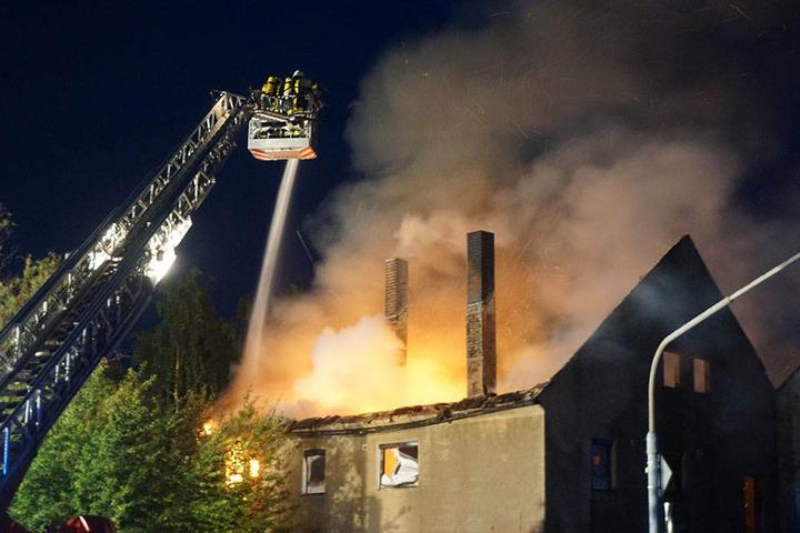 Gegen 2 Uhr bemerkten Autofahrer den Brand in dem leer stehenden Haus.