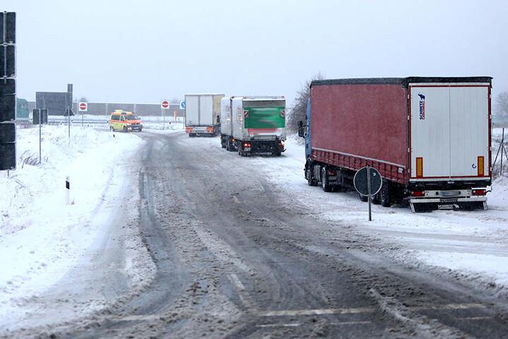 Auf der A4-Zufahrt in Hohenstein-Ernstthal kamen zahlreiche Laster nicht weiter.