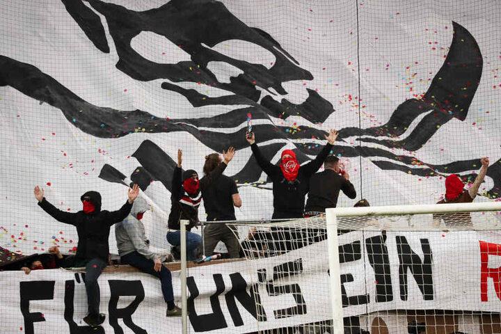 St. Paulis Fans feiern ihre Mannschaft vor einem Spiel.