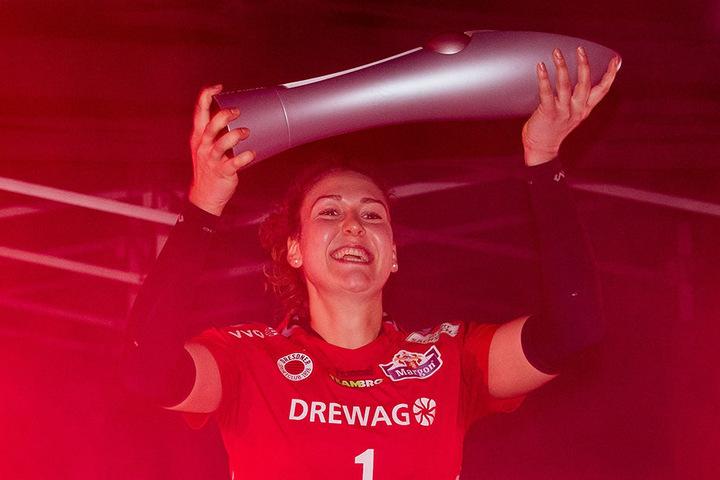 Barbara Wezorke durfte mit dem Pokal einlaufen.