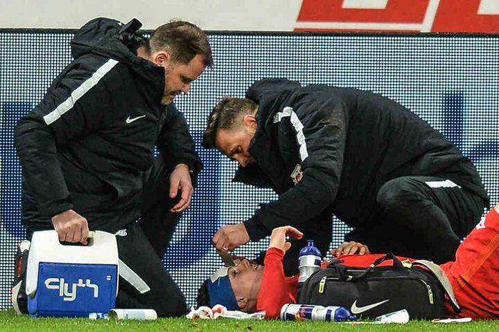 Marcel Sabnitzer liegt nach einem Kopfballduell am Boden, muss behandelt werden.