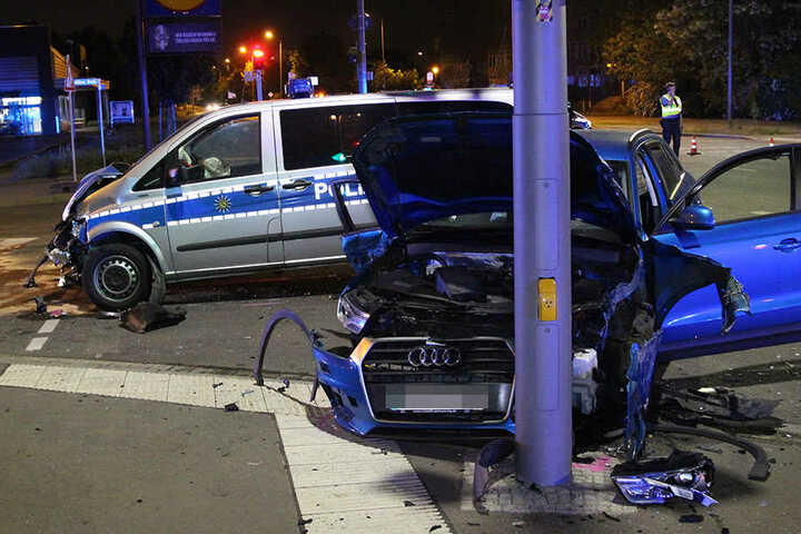 Der Audi wurde durch den Aufprall gegen einen Straßenmast gedrückt.