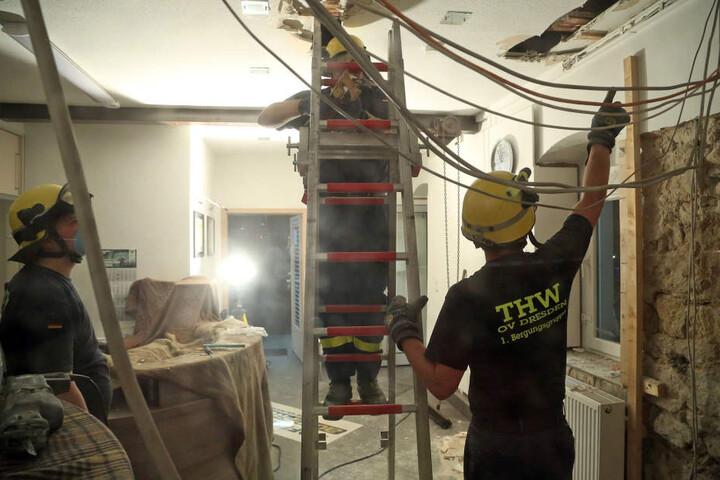 Das THW rückte an, um weitere Schäden am Haus zu vermeiden. Der Einsatz dauerte bis weit nach Mitternacht.
