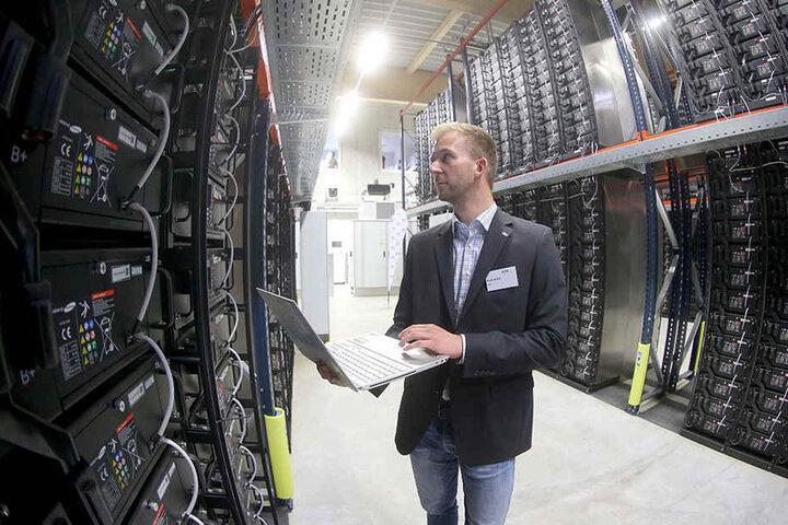 Projektmitarbeiter Rene Kahle (31) im neuen Batteriespeicher, dem Größten seiner Art in Sachsen.