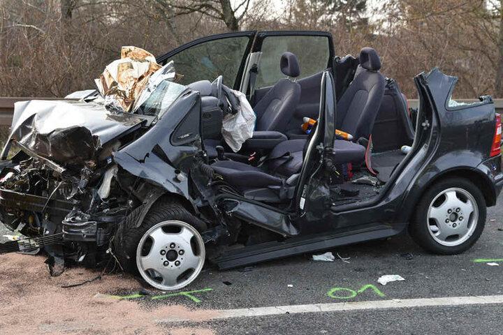 Die Mercedes-Fahrerin sowie ihr Sohn wurden ins Krankenhaus gebracht.