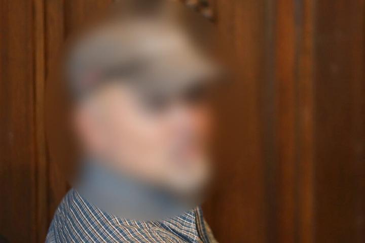 Der ehemalige Polizistsitzt im Verhandlungssaal im Landgericht.