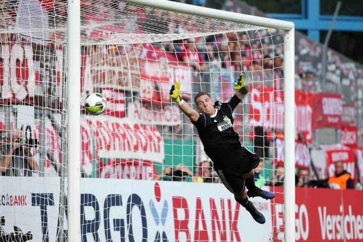 Kevin Kunz mit einer Flugeinlage im Pokal-Spiel gegen den FC Bayern München, vergebens streckt er sich nach dem Ball.