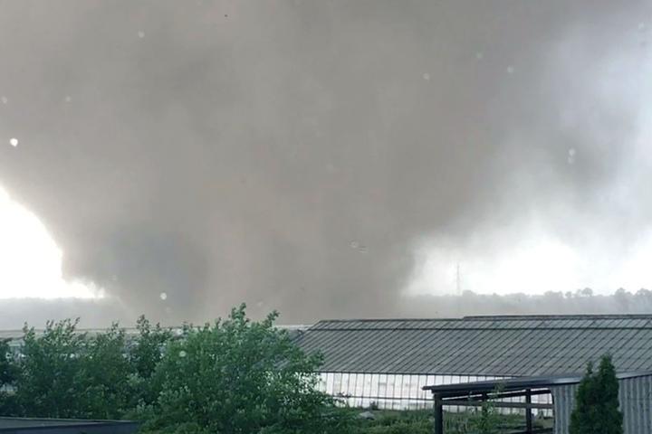 Der Tornado wirbelt am Mittwochabend über Ortschaften am Niederrhein.