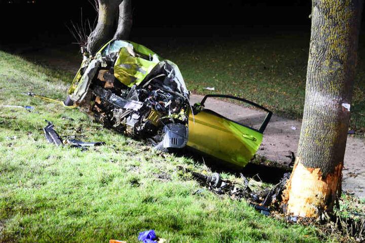 Das Wrack des Autos nach einem heftigen Unfall.