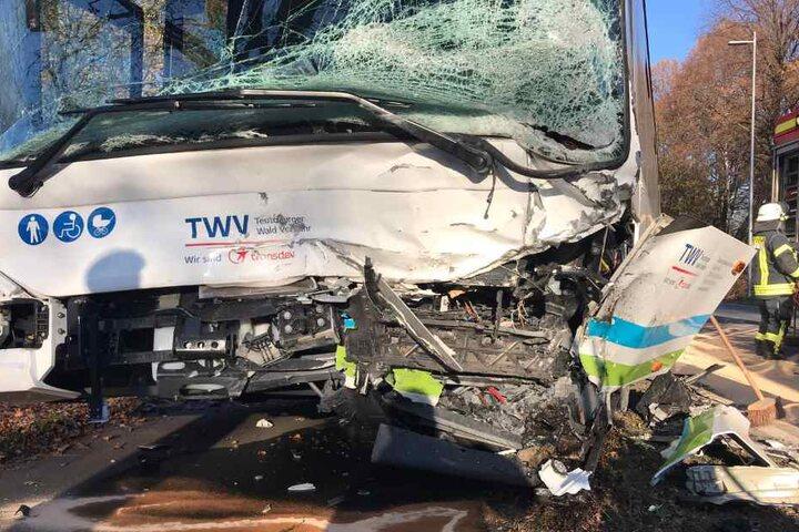 Auch der Linienbus war komplett zerstört: Der Busfahrer erlitt ebenfalls schwere Verletzungen.