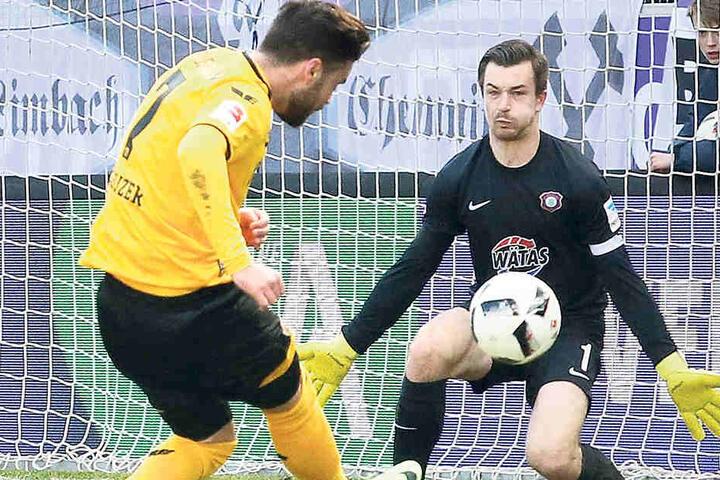 FCE-Keeper Martin Männel, hier gegen den Dresdner Niklas Kreuzer, traut Domenico Tedesco auch beim FC Schalke 04 Erfolg zu.