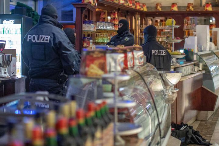 In Deutschland wurden aktuell 100 Objekte durchsucht, darunter auch Pizzerien.