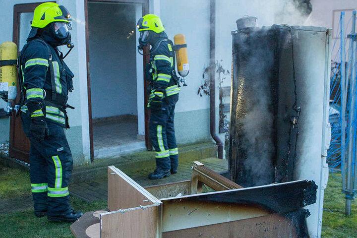 Die Kameraden der Feuerwehr mussten sich mit Atemschutzmasken schützen.