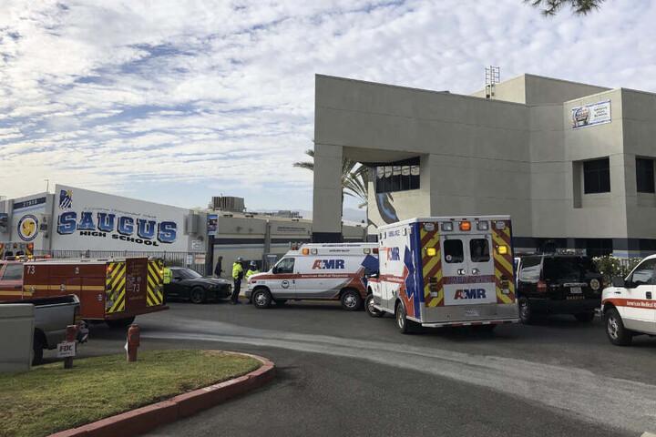 Krankenwagen stehen vor der Saugus High School.