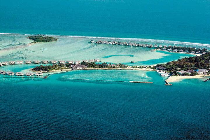 Die Malediven-Insel Kanuhura: weißer Strand, blaues Meer, bunte Fische, Sonne  satt und Badewannen-Temperatur im Wasser.