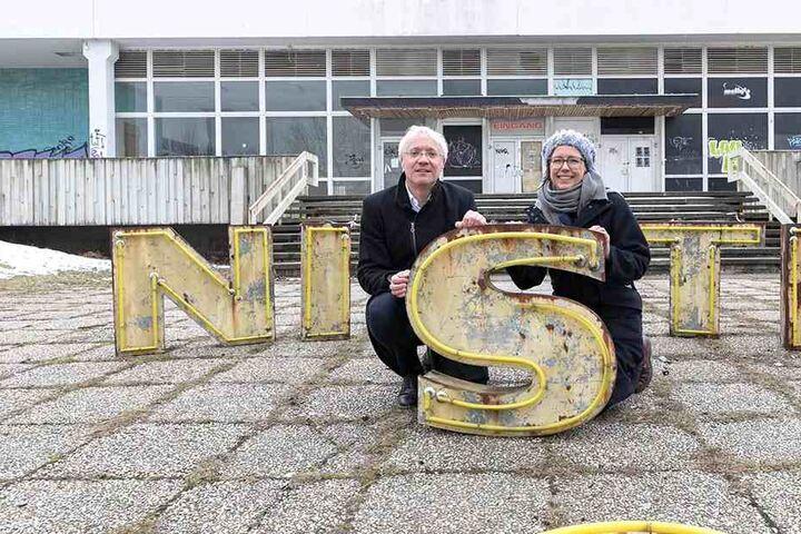 Kunsthaus-Leiterin Christiane Mennicke-Schwarz und Museums-Chef Gisbert Porstmann werben als Performance-Künstler für den Erhalt der Kantine.