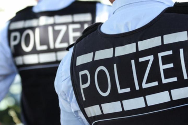 Die Polizei verschaffte sich Zugang zu der Wohnung des Täters und stellte ihn. (Symbolbild)