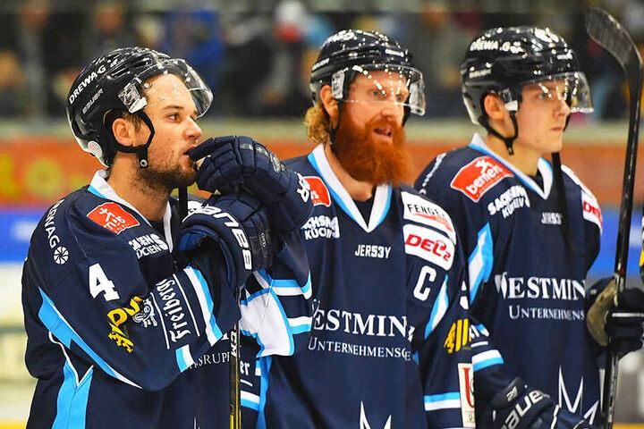 Steve Hanusch (v.l.), Kapitän Thomas Pielmeier und Arne Uplegger waren nach der Derbypleite bedient. Die Eislöwen hatten viel arbeitet, sich aber durch eigene Fehler um den Lohn gebracht.