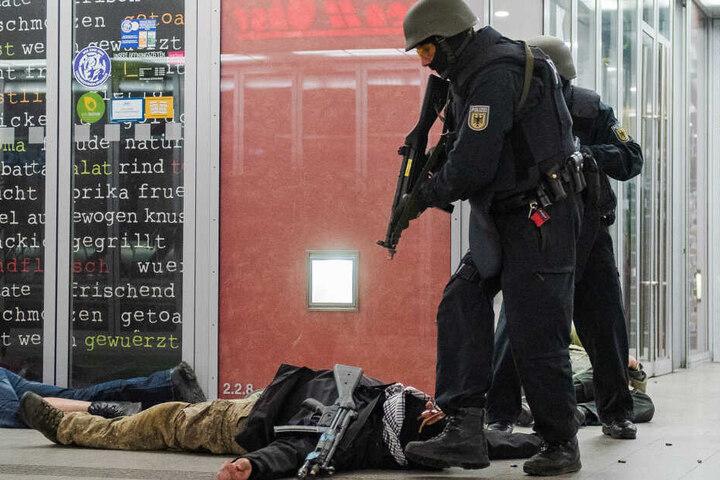 Die Polizisten übten den Einsatz und die Festnahme der Terroristen.