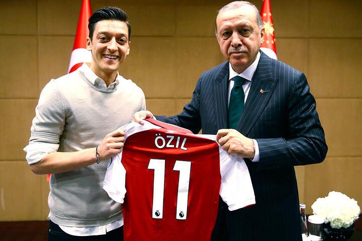 Sorgt noch immer für erhitzte Diskussionen: Das Foto von Mesut Özil (.) mit dem türkischen Präsidenten Recep Tayyip Erdogan (r.).