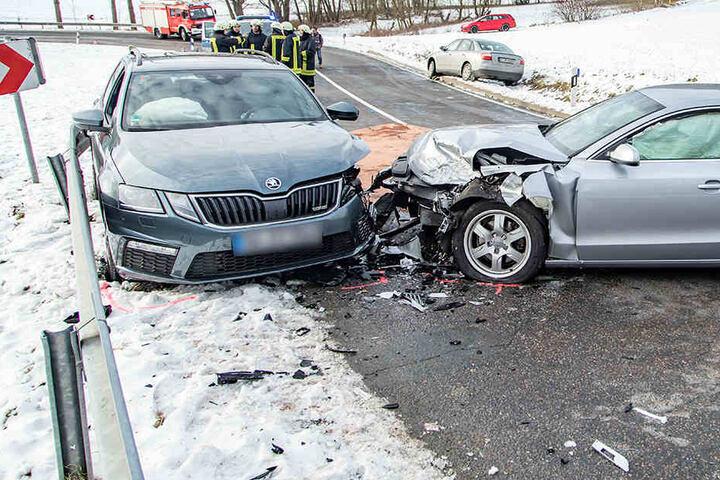 Ein Audi war nach ersten Informationen in den Gegenverkehr geraten und dort mit einem Skoda kollidiert.