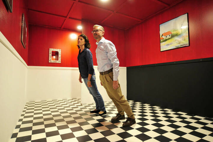 Museumsleiterin Claudia Glashauser (32) und Thomas Stadt (53) fordern im schiefen Zimmer ihren Gleichgewichtssinn heraus.