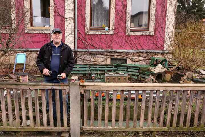 Harald Palitzsch (69) hat in seinem Vorgarten die Weißeritztalbahn nachgebaut. Vandalen klauten ihm aber immer wieder Teile der Elektrik.