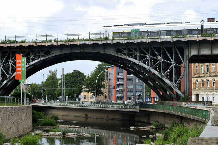 Bald in Blaugrau? Das Eisenbahnviadukt an der Annaberger Strasse soll einen frischen Farbanstrich bekommen.