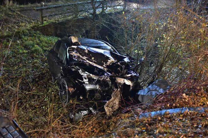 Das Auto des 18-Jährige kam erst neben der Straße zum Stehen.