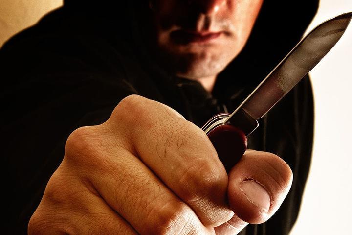 Die Täter bedrohten den Jugendlichen mit einem Messer und raubten ihn dann aus. (Symbolbild)