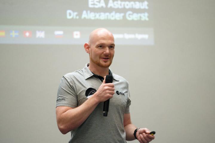 Alexander Gerst sprach am Montagabend vor Schülern über seine Aufenthalte auf der Internationalen Raumstation (ISS).