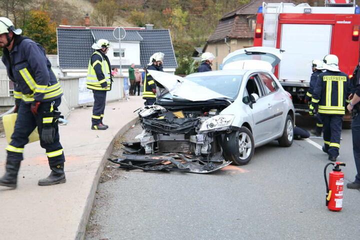 Die Feuerwehr konnte den Wagen zurück auf die Straße ziehen.