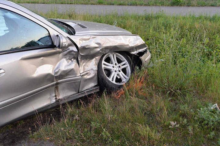 Der Mercedes wurde vor allem an der rechten Seite getroffen.